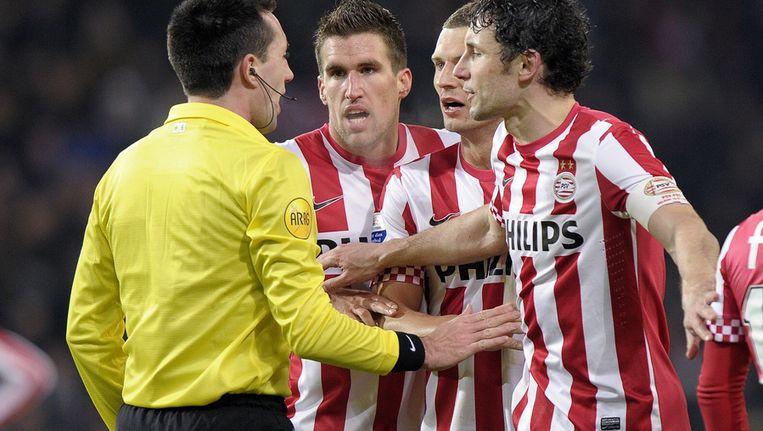PSV'ers discussieren met de scheidsrechter Beeld ANP