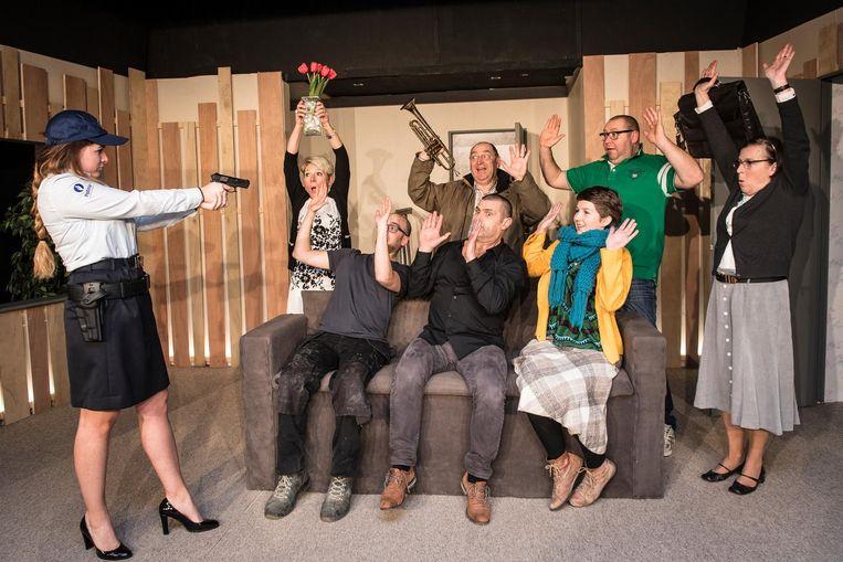 Zoë Vereecke (zittend rechts) en haar mede-acteurs op het podium.