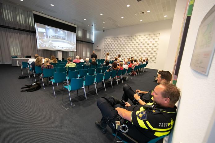 De rust die in het provinciehuis heerste tijdens het debat stond in schril contrast met de verhitte gemoederen van afgelopen winter. Politie en extra beveiligers konden rustig achterover leunen.