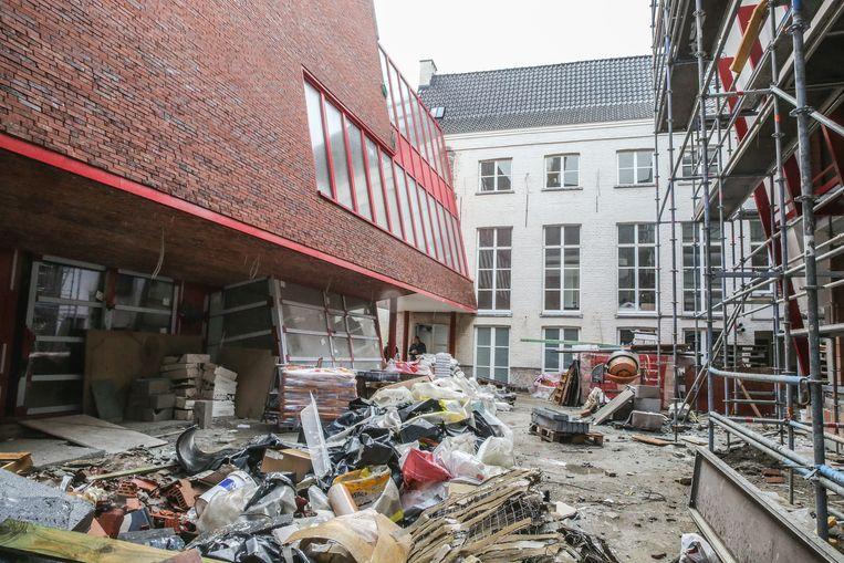 Het gebouw valt op door zijn schuine gevel.