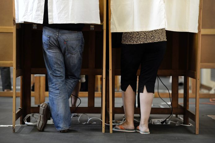 20100613 - BORGERHOUT, BELGIUM: Illustration picture shows the legs of people as they vote in a polling booth at the polling station in Borgerhout, during the Federal Election Day, Sunday 13 June 2010. Today, Belgians elect their representatives in the Federal Parliament. BELGA PHOTO YORICK JANSENS