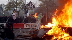 Rellen op eerste verjaardag 'gele hesjes' in Parijs: politie zet traangas in tegen relschoppers
