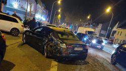 Tractor ramt achttal wagens (waaronder Maserati) ter hoogte van restaurant Da Lidia
