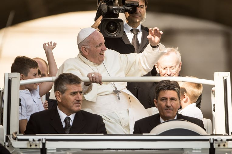 Paus Franciscus woensdag terug in het Vaticaan. Hij zei dat zijn bezoek aan Ierland 'treurig genoeg werd overschaduwd door  de erkenning van het leed veroorzaakt door het misbruik van minderjarigen en jongeren door sommige leden van de kerk'.  Beeld Getty Images