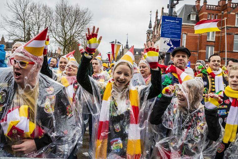 Carnaval in Den Bosch, afgelopen april. In sommige gevallen kun je ook besmet raken met corona als je niet dicht op elkaar staat, aldus de CDC. Beeld ANP