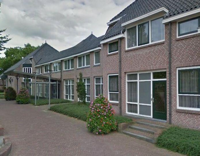 Gemeentehuis van Staphorst.  Alfred Stegeman is de lijsttrekker van Gemeentebelangen bij de volgende gemeenteraadsverkiezingen.