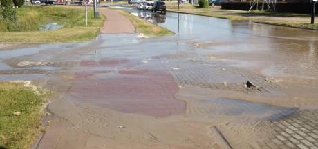Waterleiding gesprongen: straat in Elst staat blank en is afgesloten door gevaar voor verzakking