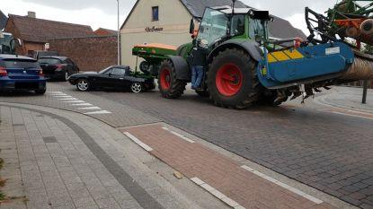 Tractor merkt personenwagen te laat op en rijdt met lading in op koffer wagen
