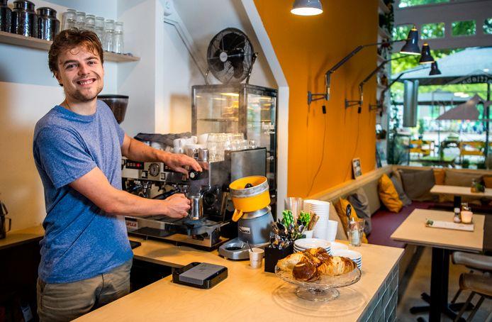 Jordy Lassooij opende zonder echte horecaervaring in april zijn eerste zaak koffiebar/lunchroom Namasté.