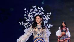Victoria's Secret-model Ming Xi bedankt 'Victoria's Secret-zussen' voor steun na val