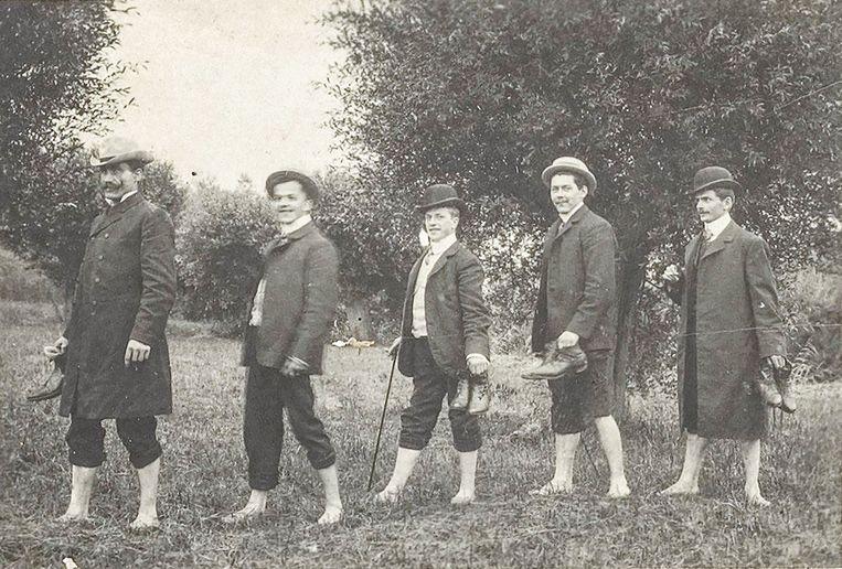Dauwtrappen door de heren van effectenkantoor H.J. van Ogtrop in 1911.  Beeld Stadsarchief Amsterdam