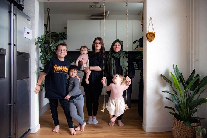 Instagrammoeder Hasret Altunbaş ( @Hasrets_Kitchen_ ) met haar vijf kinderen