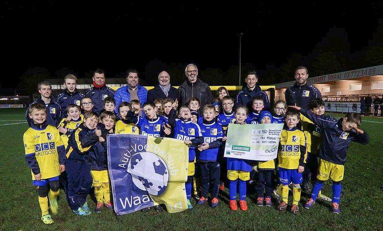 Spelertjes van Auti-Voetbalclub Waasland krijgen een cheque van liefst 12.780 euro van het bedrijf Van Hoecke.