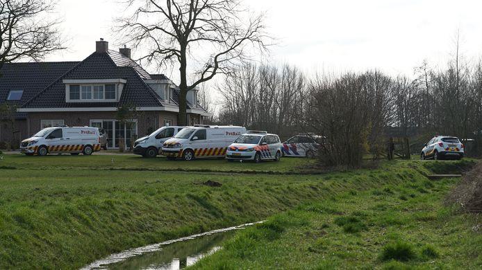 Hulpdiensten ter plaatse in Olst, waar een aanrijding op het spoor heeft plaatsgevonden.