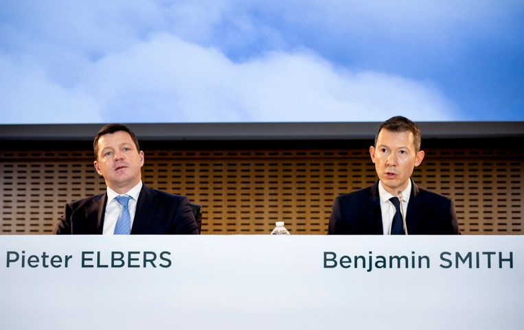 Pieter Elbers (CEO, KLM) en Ben Smith (CEO) tijdens de bekendmaking van de jaarcijfers van Air France-KLM. Beeld ANP