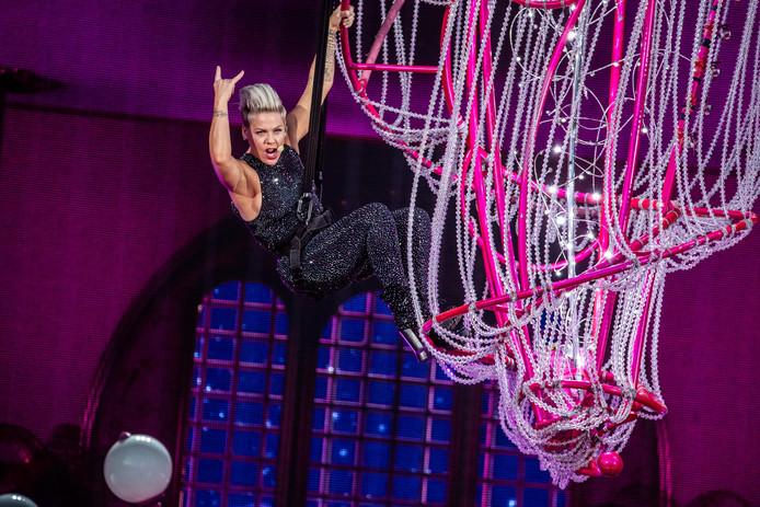 Tijdens het openingsnummer Get The Party Started zweefde P!nk aan een kroonluchter boven het podium.