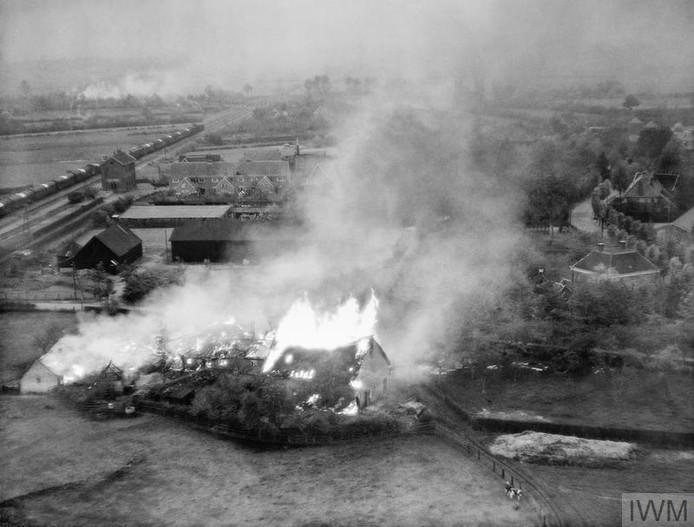 Bij de opmars brandde gealieerden verschillende boerderijen plat, zoals hier in Rosmalen.
