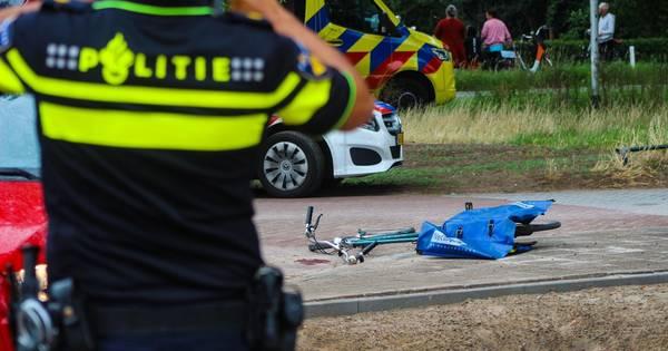 Fietser met hoofdwond per heli naar ziekenhuis na aanrijding met auto in Zutphen.