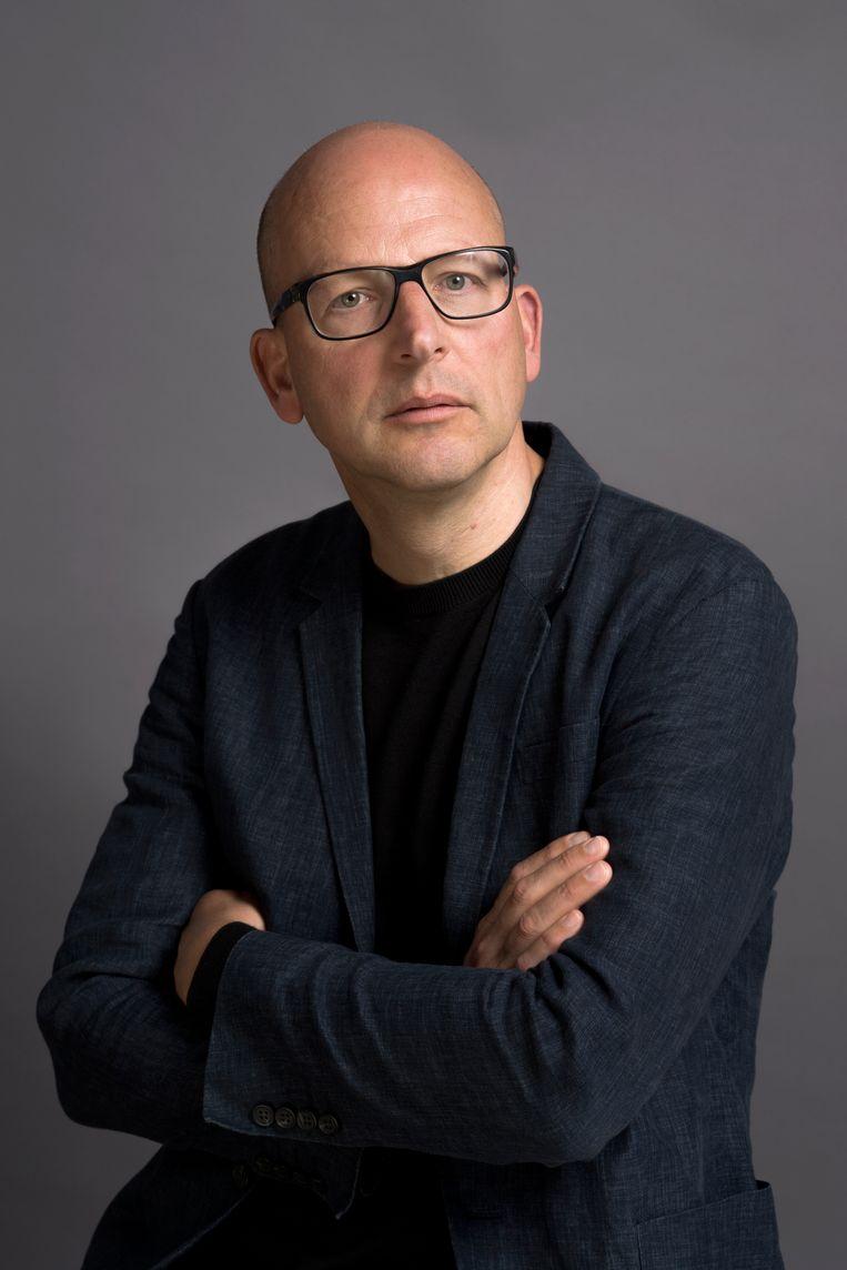 Colin Huizing (1965) is curator en samensteller van tentoonstellingen en kunstboeken. Hij was senior conservator in het Stedelijk Museum Schiedam. Voor Museum Kranenburgh in Bergen maakte hij de tentoonstelling Lucht – t/m 29 november zijn installaties, objecten en performances te zien die het onzichtbare zichtbaar maken. Beeld Koos Breukel