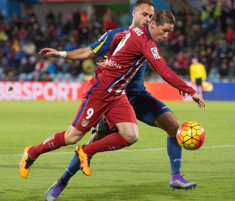 Juan Cala (in het blauw) en Atletico-aanvaller Fernando Torres tijdens de wedstrijd Beeld afp