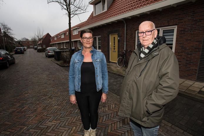 Gina Kool en Willem Fleming, buren in de Zutphense wijk Noordveen, voor hun gerenoveerde woningen aan de Sidneystraat.