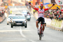 Thomas De Gendt komt juichend over de streep in Calella.