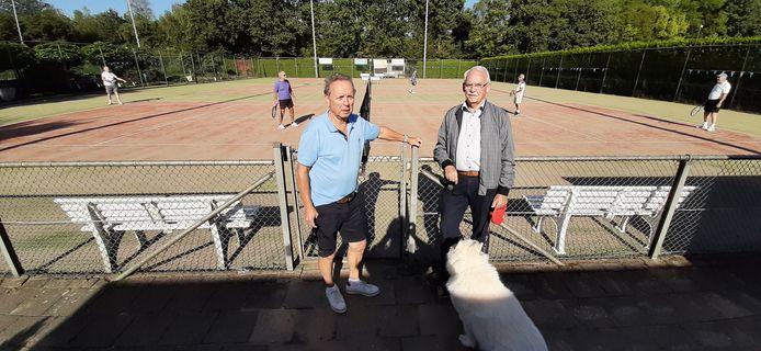 Voorzitter Jan Lanooy (li) en penningmeester Piet Langen op het tenniscomplex van TV Borchwerf uit Roosendaal.
