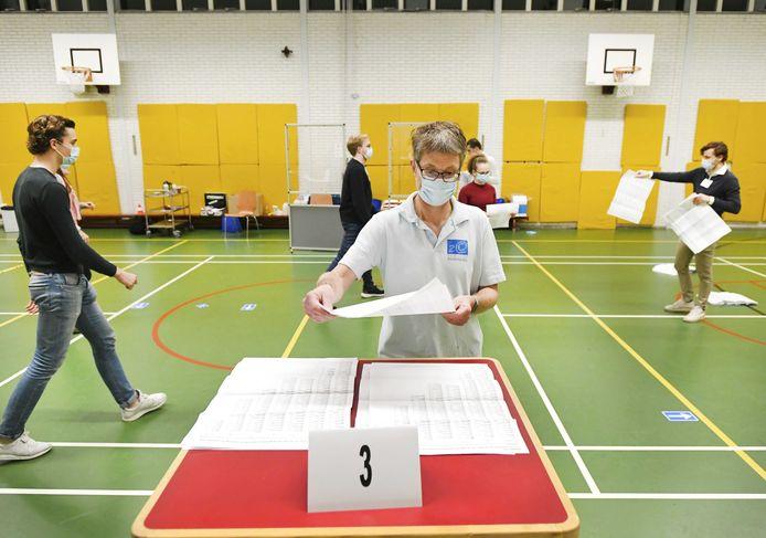 Stemmentellers aan het werk op middelbare school 2College Durendael.