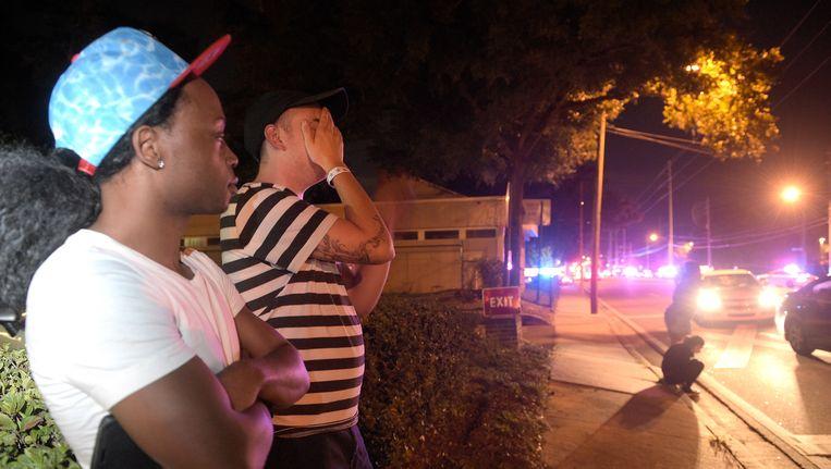 Omstanders bij de nachtclub in Orlando waar een man ongeveer 50 mensen heeft neergeschoten. Beeld ap