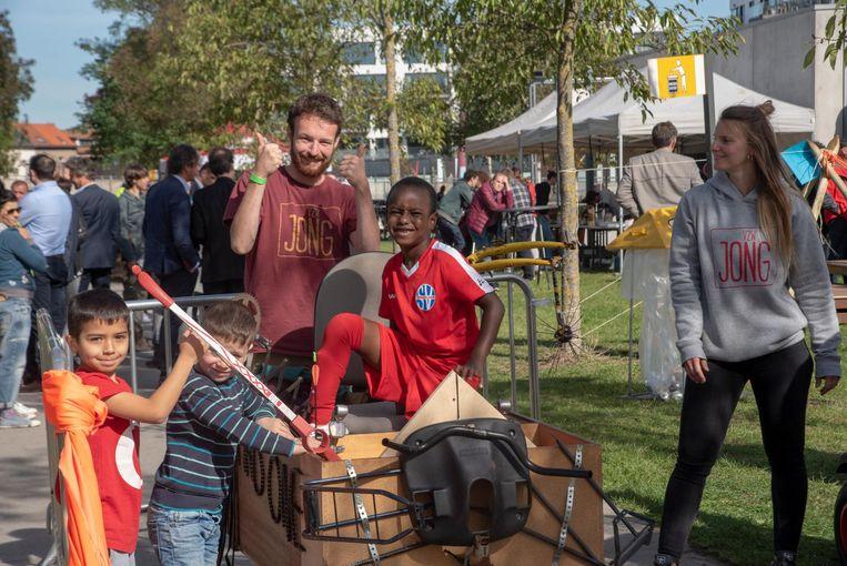 De nieuwe Tondlierslaan in het stadsproject aan de Gasmeterlaan werd feestelijk geopend met animatie voor de kinderen en een rommelmarkt.