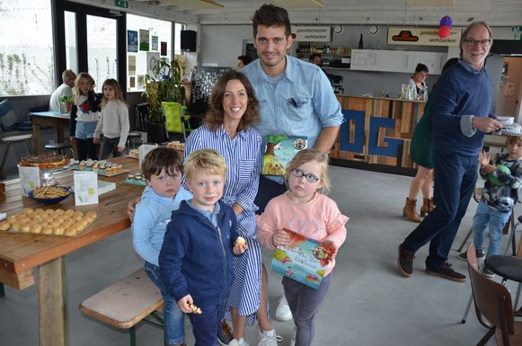 Mieke en Maarten stelden hun prentenboekenreeks voor aan de kinderen op de Standaertsite in Ledeberg.