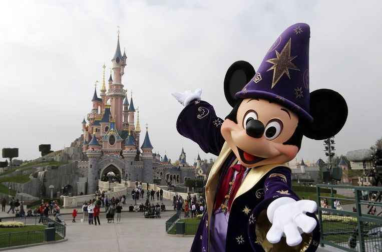 Mickey Mouse verwelkomt gasten in Disneyland Parijs. Beeld afp
