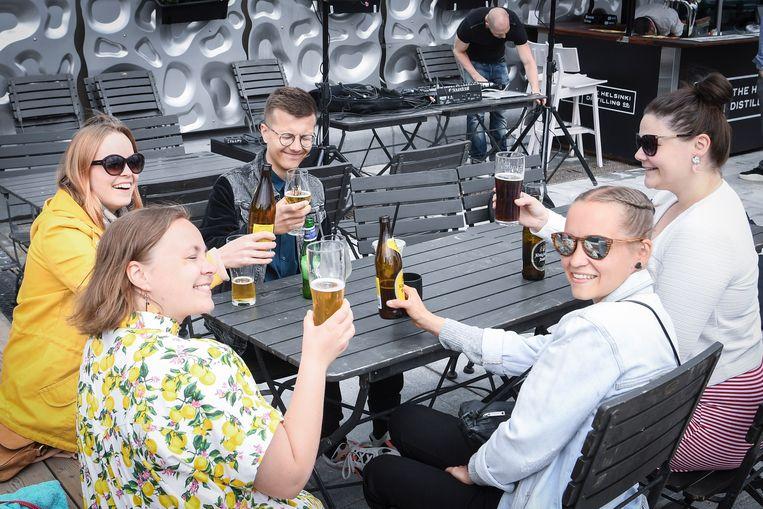 Enkele Finnen genieten in Helsinki van een terrasje.