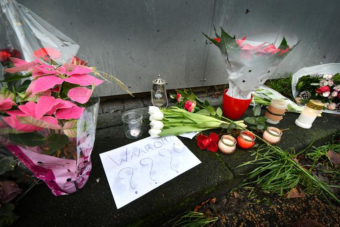 Een herdenkingsplek met bloemen en kaarsen aan de Hampshire in Hengelo, de plek waar de Almelose Chantal de Vries om het leven kwam.