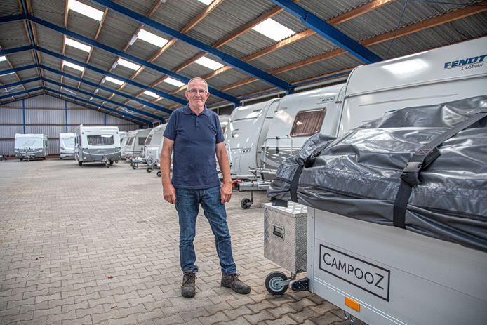 Dick Sluiter in zijn caravanstalling in Zwolle. Sluiter heeft wel ruimte, maar dat komt omdat veel eigenaren nu op vakantie zijn. In november is er geen plek meer.