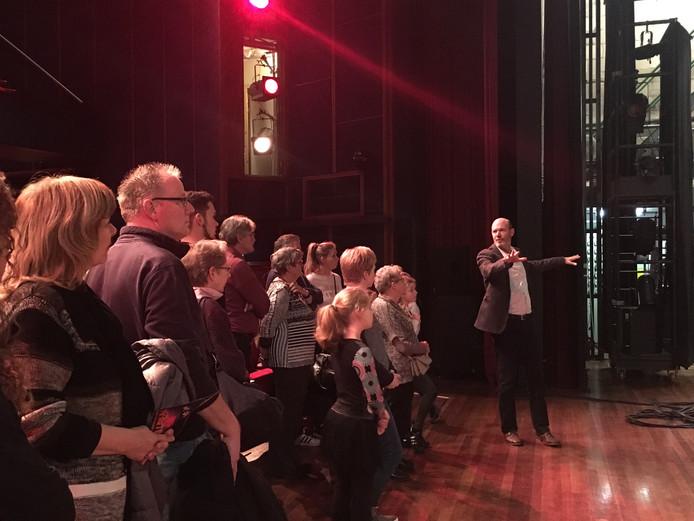 Tijdens het Nationaal Theaterweekend van vorig jaar kreeg het publiek voor de eerste keer een rondleiding. Uniek voor het publiek: op het podium in plaats van op het pluche.