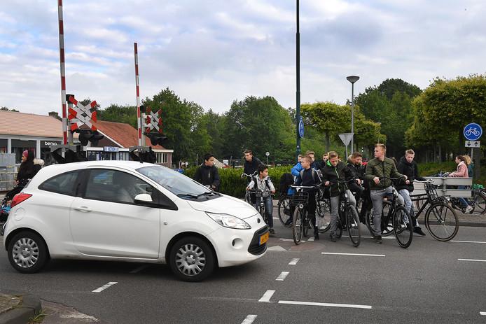 Vooral de schooljeugd steekt 's ochtends massaal de Spoorstraat over als ze vanuit het Schilderspad richting school willen.Dat levert gevaar op.