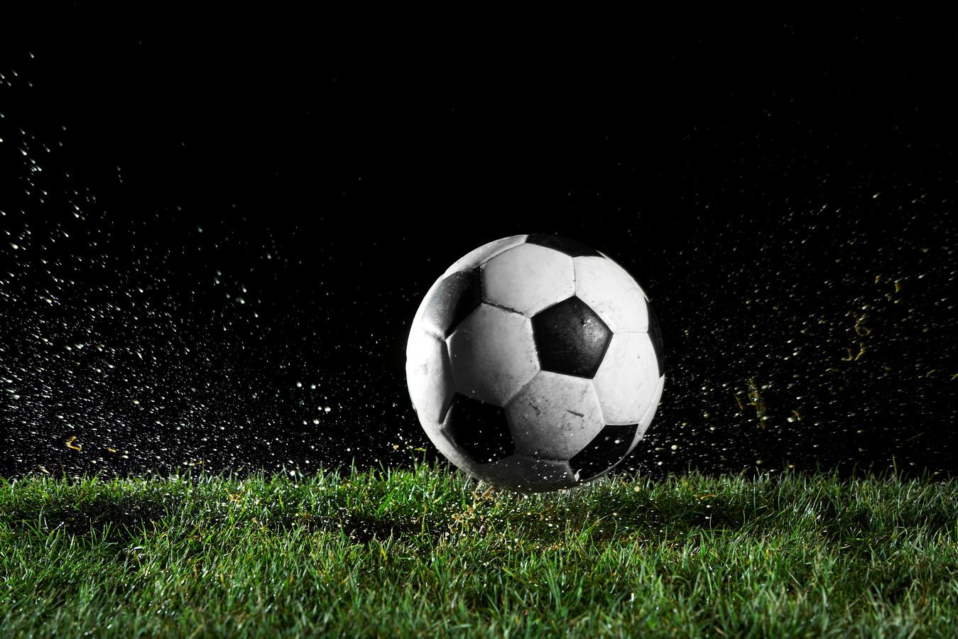 Soccer ball in motion over grass voetbal stockfoto