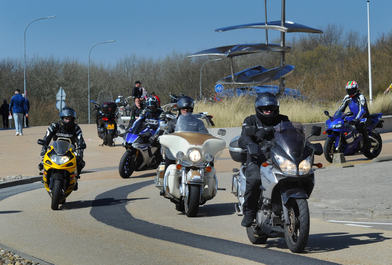 Groepjes motorrijders  op de Vlissingse boulevard afgelopen weekeinde.