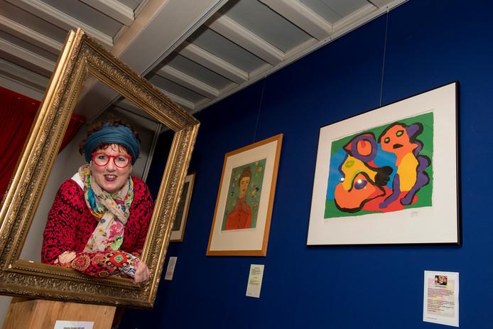 Museumdirecteur Alexandra van Steen naast 'valse kunst' van  Vincent van Gogh en Karel Appel.