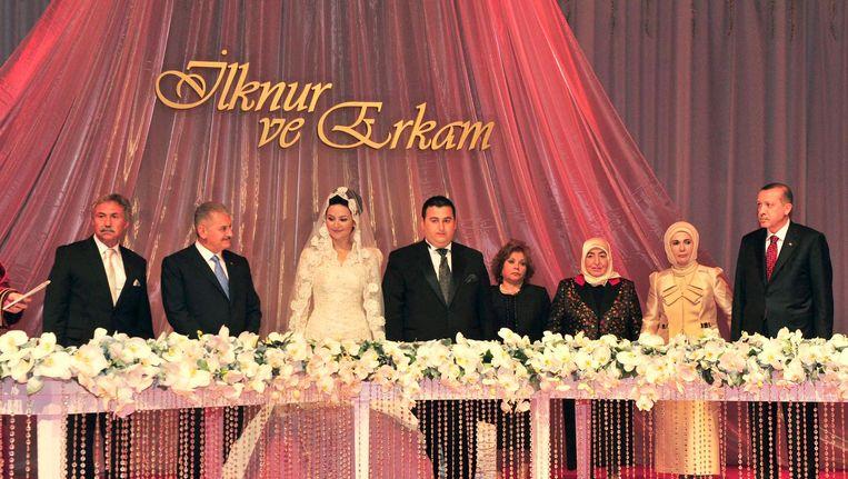 President Erdogan (rechts) op het huwelijk van Erkam Yildirim (midden). Links van de bruid premier Binali Yildirim. Beeld Anadolu Ajansi