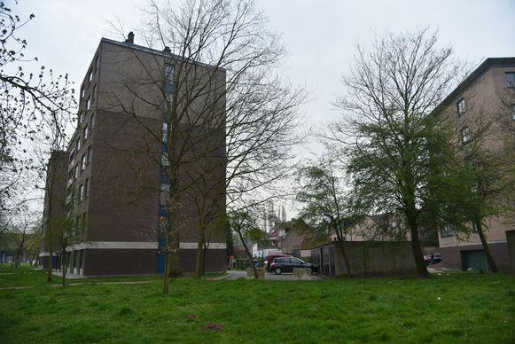 Garagebox en flatgebouw aan de verbindingsweg in Grimbergen waar de tiener gevonden werd.