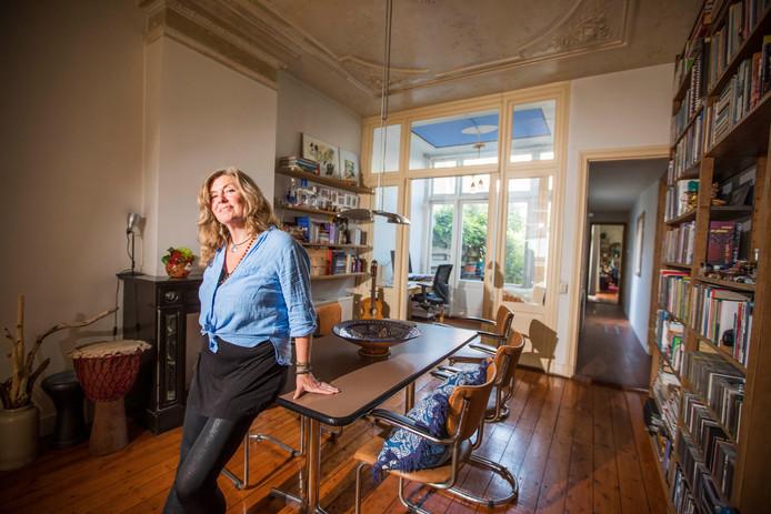 Daphne Smit in de eetkamer van haar benedenwoning in het gewilde Regentessekwartier.