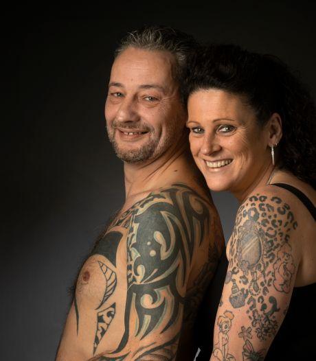 Papa mag vanwege zijn tattoos alleen mee zwemmen met lange zwembroek