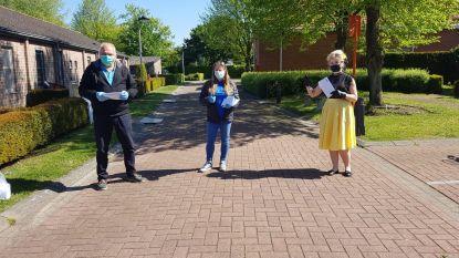 Leden Vlaams Belang delen mondmaskers uit aan gepensioneerden