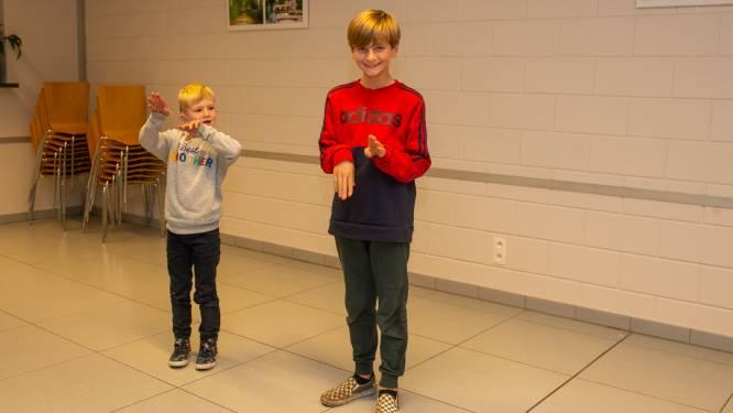 """Buren krijgen dove Wout (6) op bezoek bij hun les Vlaamse Gebarentaal: """"Ik ken al wel het gebaar voor steppen"""""""
