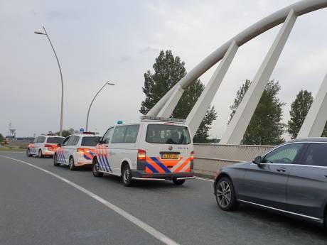 'Stikstofstrijder' Vollenbroek en boeren verenigd door politie in Nijmegen-Noord voor overhandiging brief