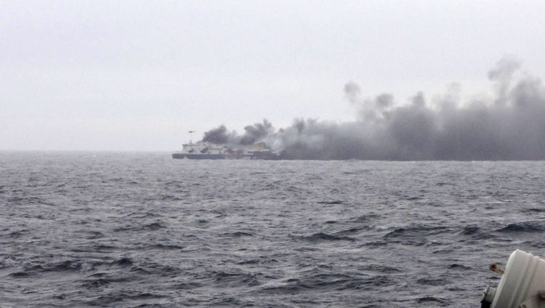 De brand op de Norman Atlantic. De foto is genomen vanaf een ander schip, in de buurt van de veerboot. Beeld ap
