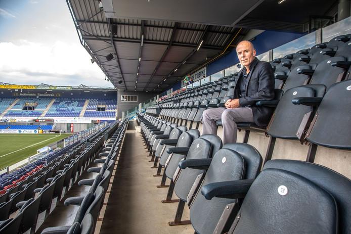 Hans Keuzekamp is al tien jaar sponsor voor de fotografie van PEC Zwolle en is zonder overleg aan de kant gezet voor CameraNu. Ondanks zijn seizoenskaart komt hij niet meer in het stadion.