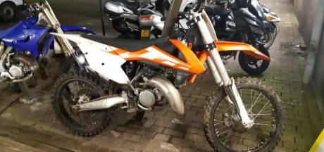 Politie opent klopjacht in buitengebied Nieuwdorp nadat Nick daar iemand op zijn gestolen crossmotor ziet rijden